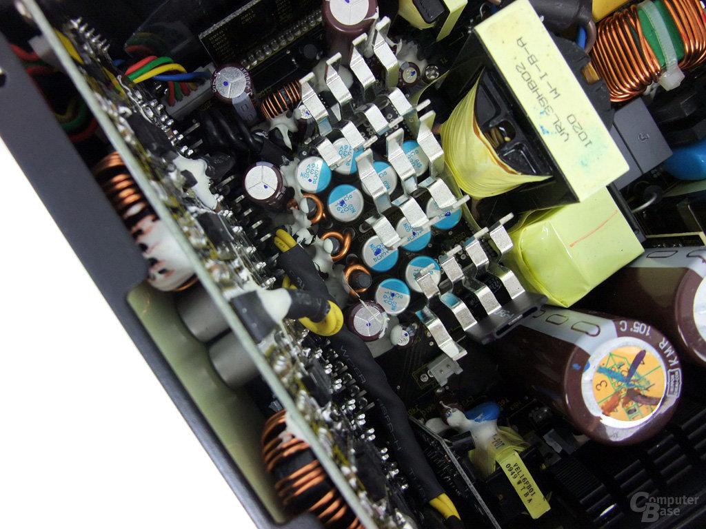 Corsair AX850 – Glättungskondensatoren