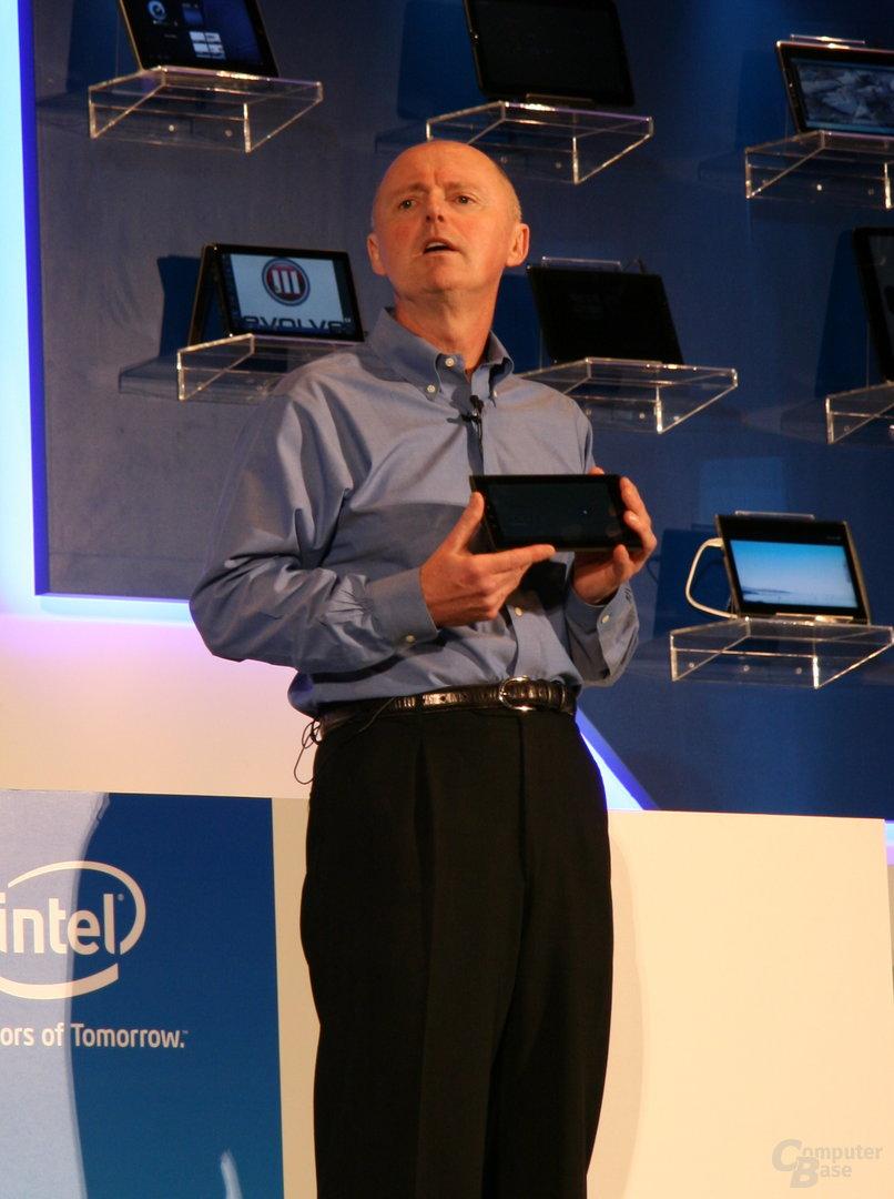 Sean Maloney mit Medfield-Tablet