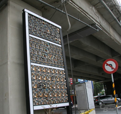 Mainboards am Brückenpfeiler