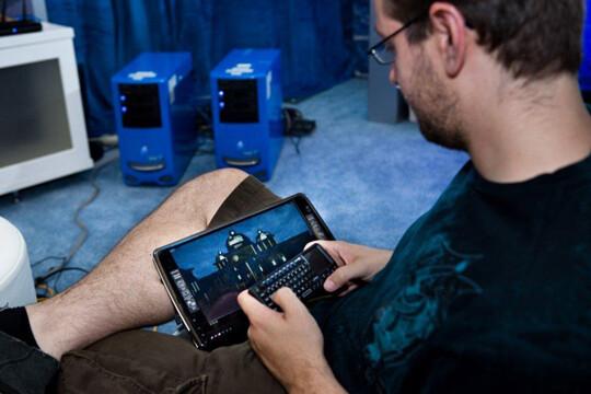 Daniel Pohl mit einem Tablet, das vom Server mit Inhalten versorgt wird | Quelle: Intel