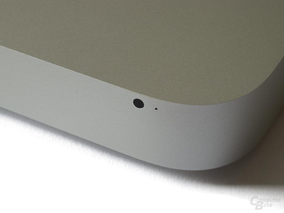 Schlichte Front mit IR-Empfänger und Status-LED
