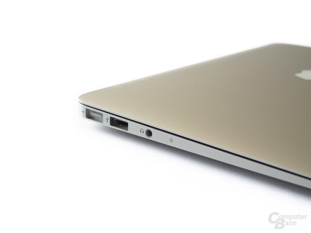 MacBook Air: Anschlüsse auf der linken Seite: MagSafe, USB 2.0, Audio-Eingang und Mikrofon