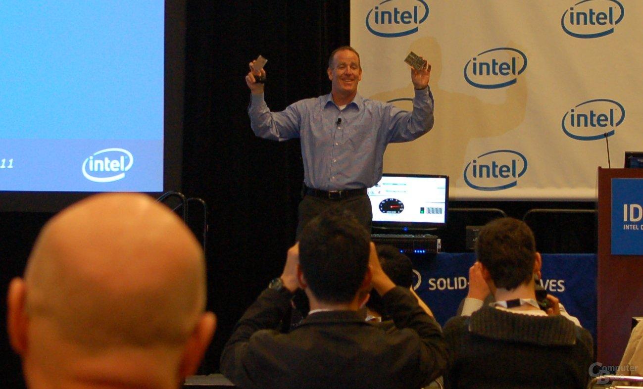 Troy Winslow mit zwei SSDs – 12 MB NOR aus den 80ern und eine aktuelle MLC-SSD