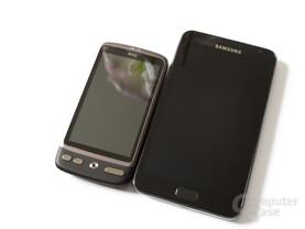 Das Galaxy Note (r.) neben einem HTC Desire mit 3,7'' (l.)