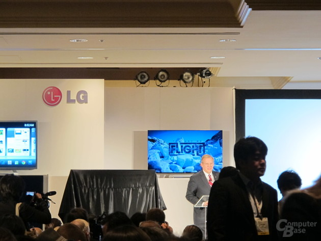 Im Hintergrund: LG Cinema-Screen-Display