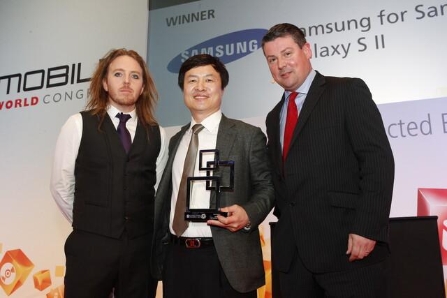 GMA: Hankil Yoon (Mitte) nimmt Preis entgegen
