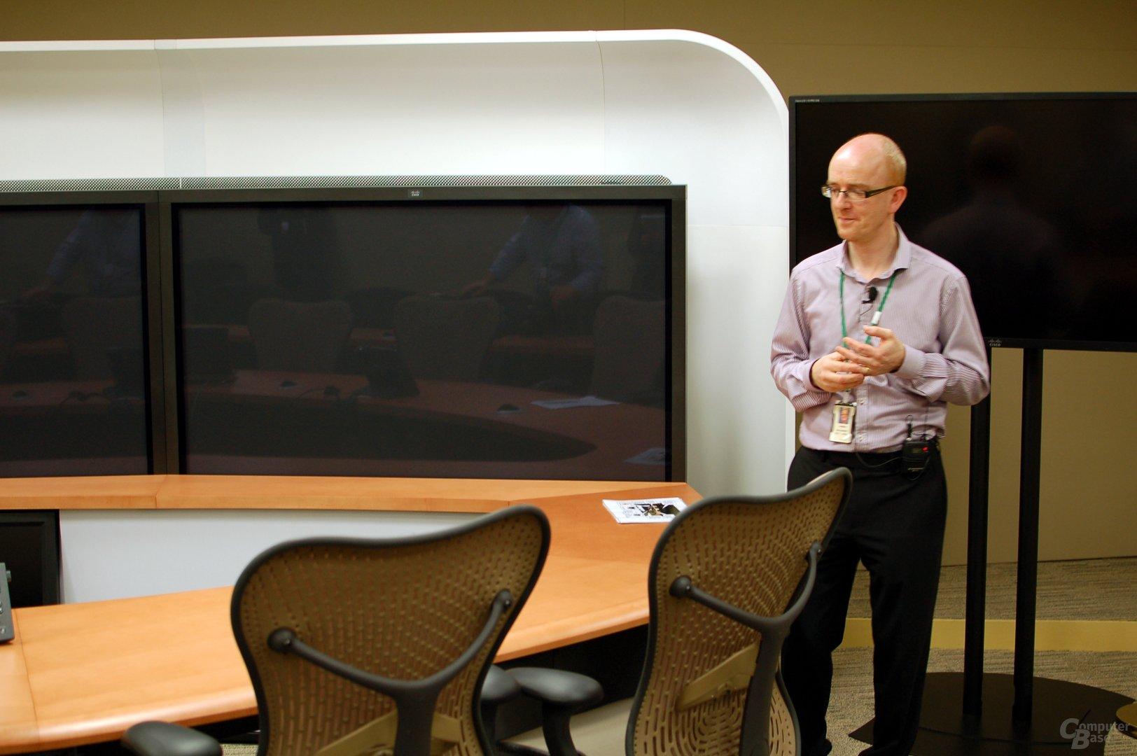 Damian Gallagher im Videokonferenzraum