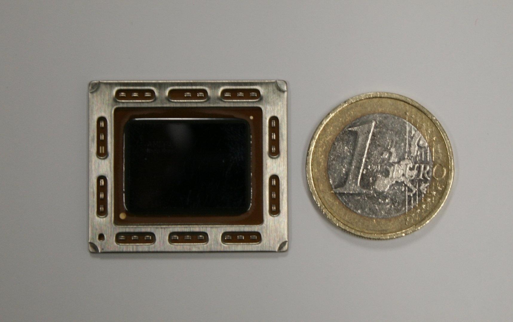 """AMDs """"Trinity"""" im Größenvergleich zur Euro-Münze"""