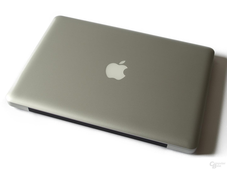 Typisches Design: Apple-Logo und schwarzes Scharnier