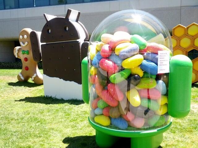 """Figur zu Android 4.1 """"Jelly Bean"""" vor Googles Bürogebäude"""
