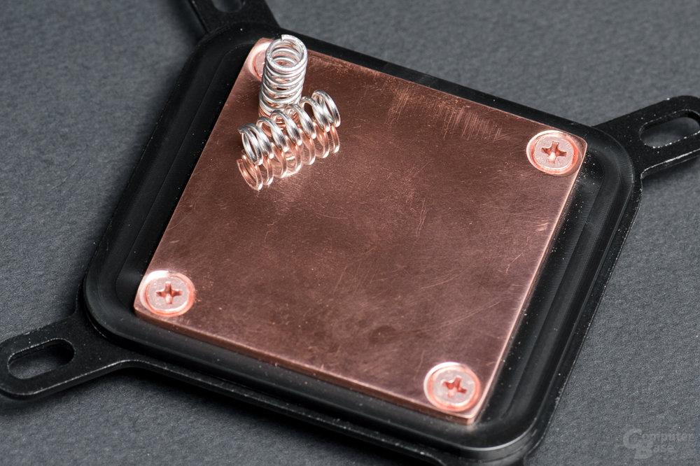 Kupferbodenplatte durch vier Kreuz-Schrauben montiert