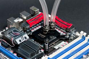 Phobya UC-1 LT Black montiert auf Sockel 1366