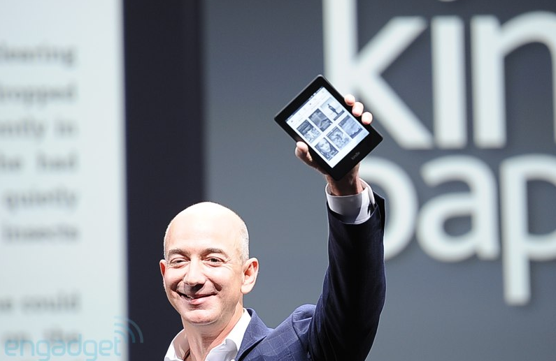 Amazon-CEO Jeff Bezos mit dem neuen Kindle Paperwhite