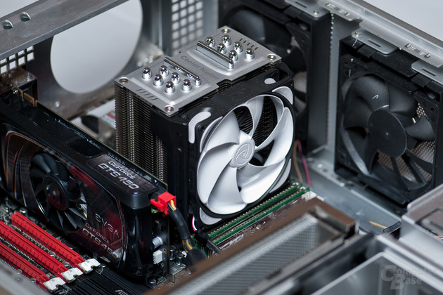 Noiseblocker eLoop als Prozessorlüfter an Cooler Master TPC 800
