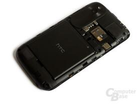 Entnehmbarer Akku und Slots für SIM und microSD