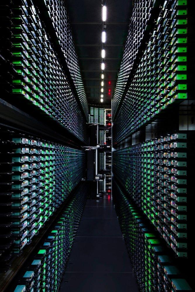 Google sichert Daten auch in dieser Bandbibliothek. Roboter dienen zur Sortierung