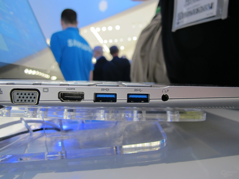 Ethernet, Grafikausgänge und USB links