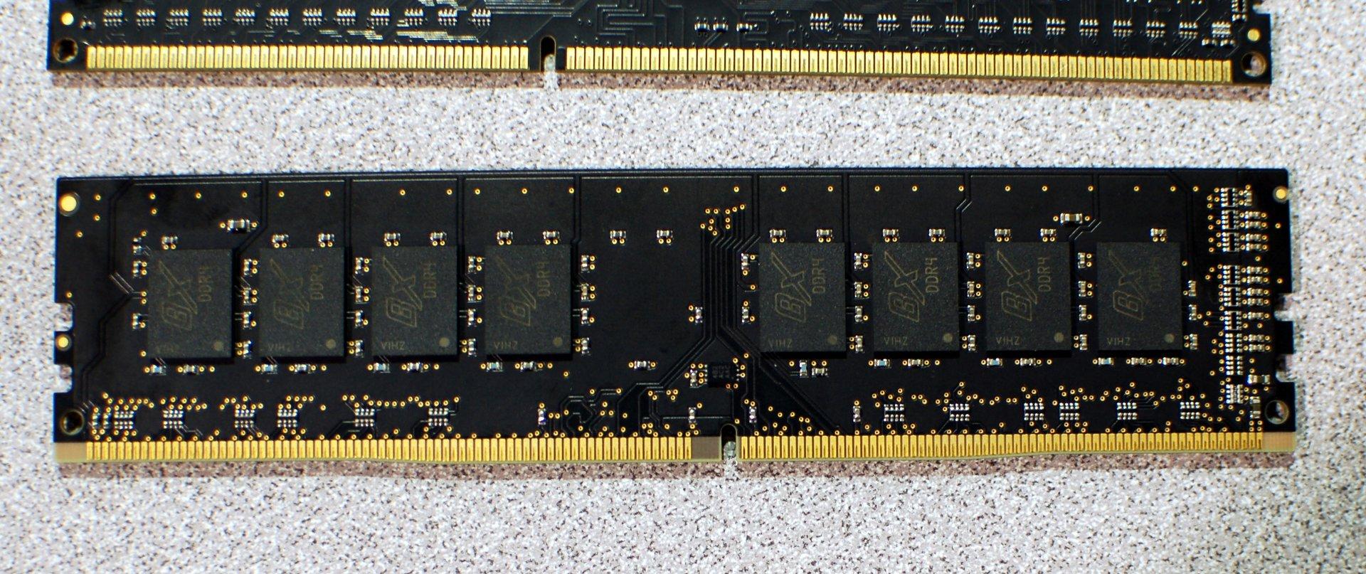 DDR4 (unten) und DDR3 (oben)