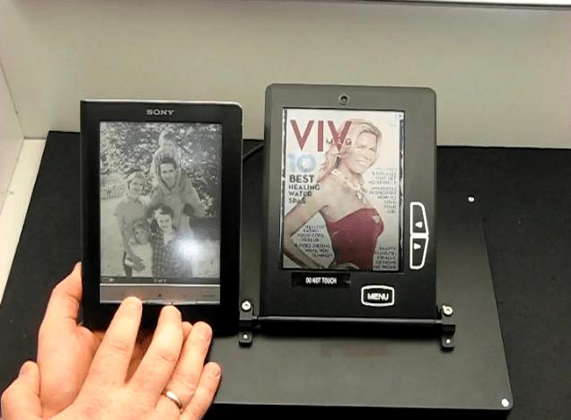 Rechts: Farbiges E-Ink-Display von Liquavista