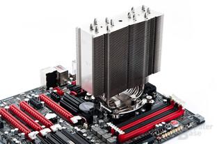 Noch ohne Lüfter: Kühlkörper des Noctua NH-U14S auf Intel-Testplattform