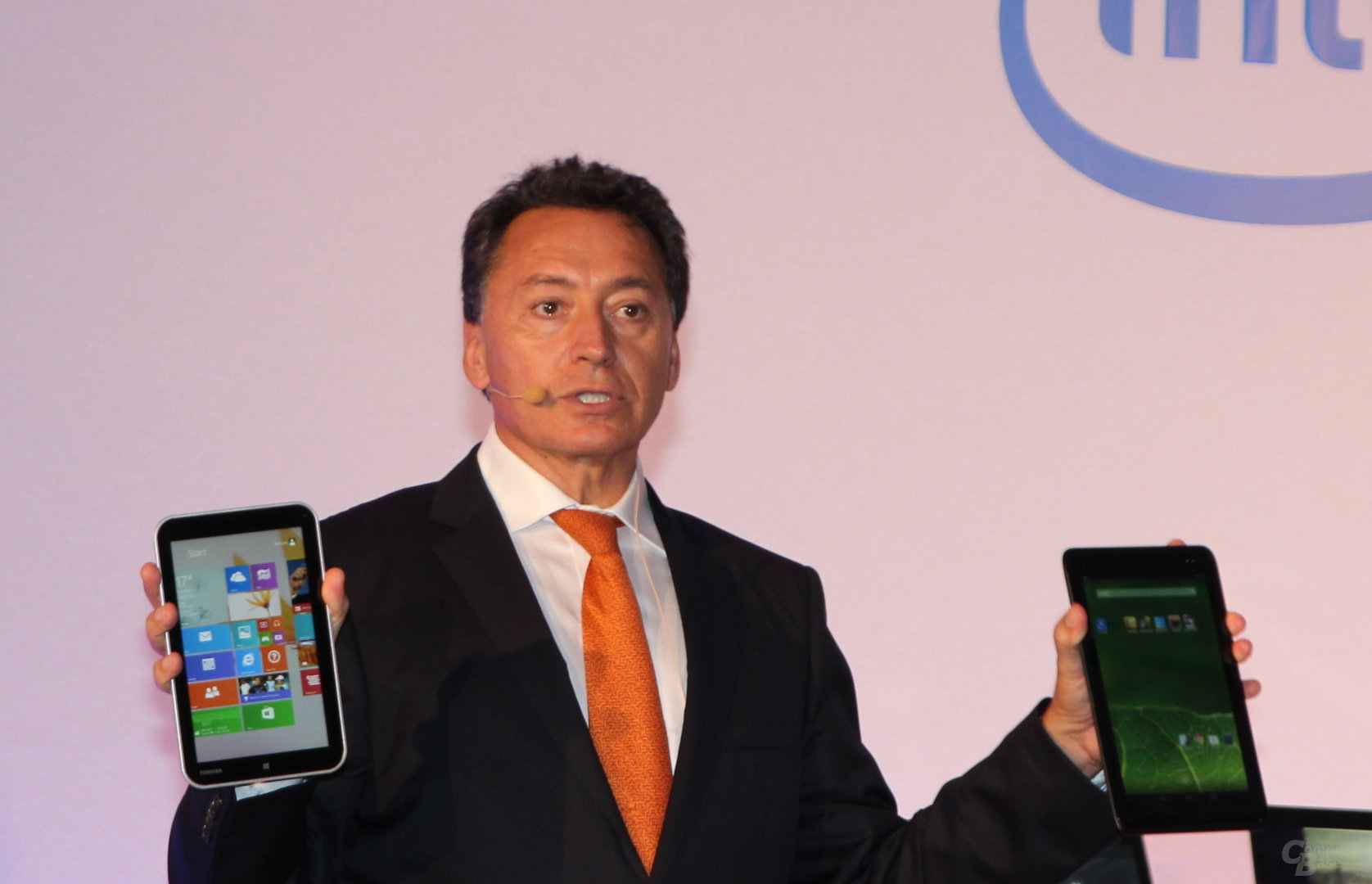 Christian Morales zeigt zwei Bay-Trail-Tablets