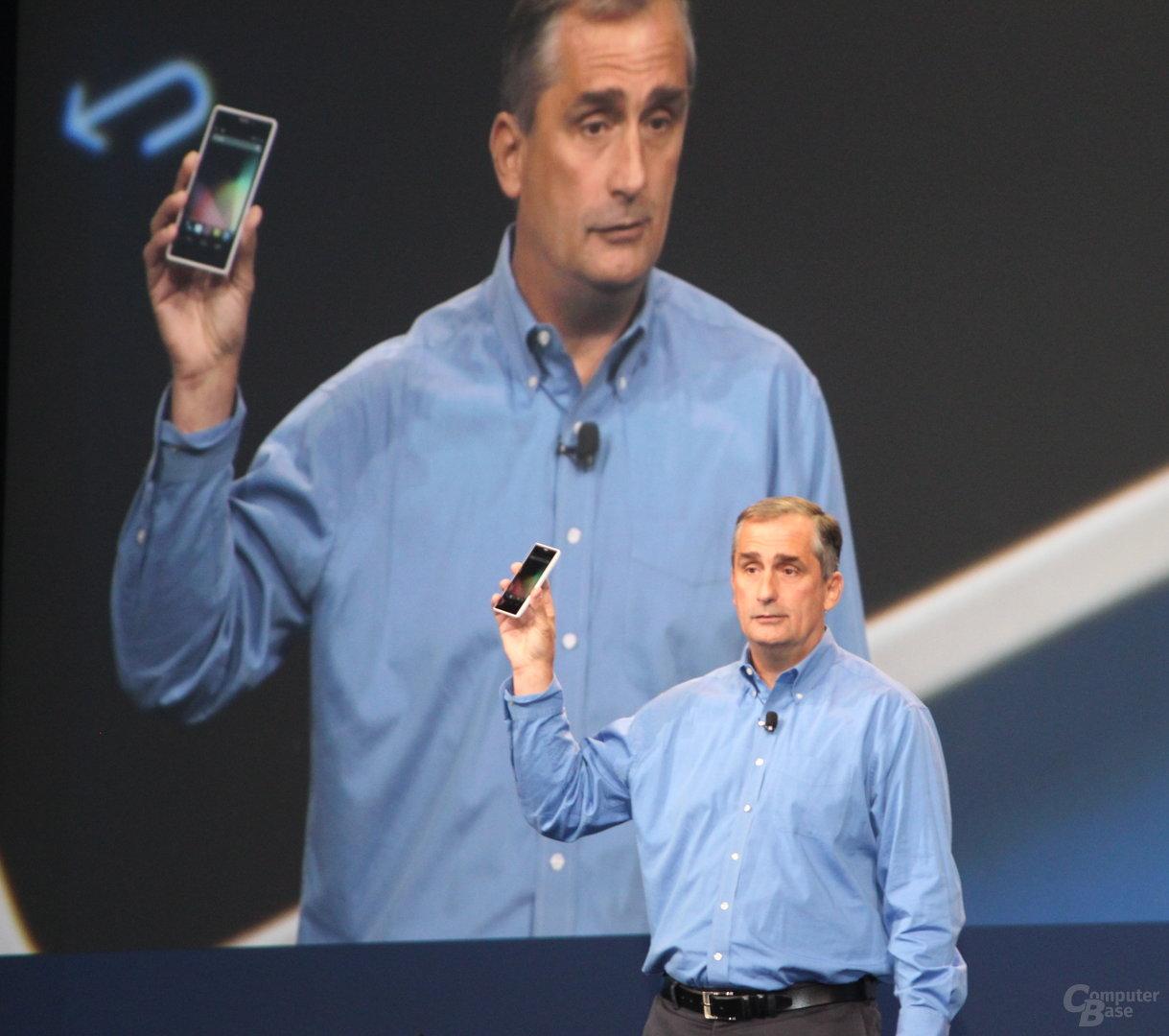 """Intel-CEO Brian Krzanich mit """"Merrifield""""-Smartphone"""