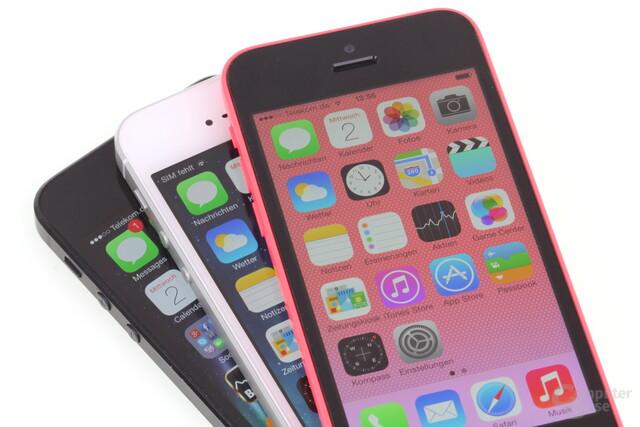 Das iPhone 5C in Pink auf dem iPhone 5S in Weiß und dem iPhone 5 in Schwarz
