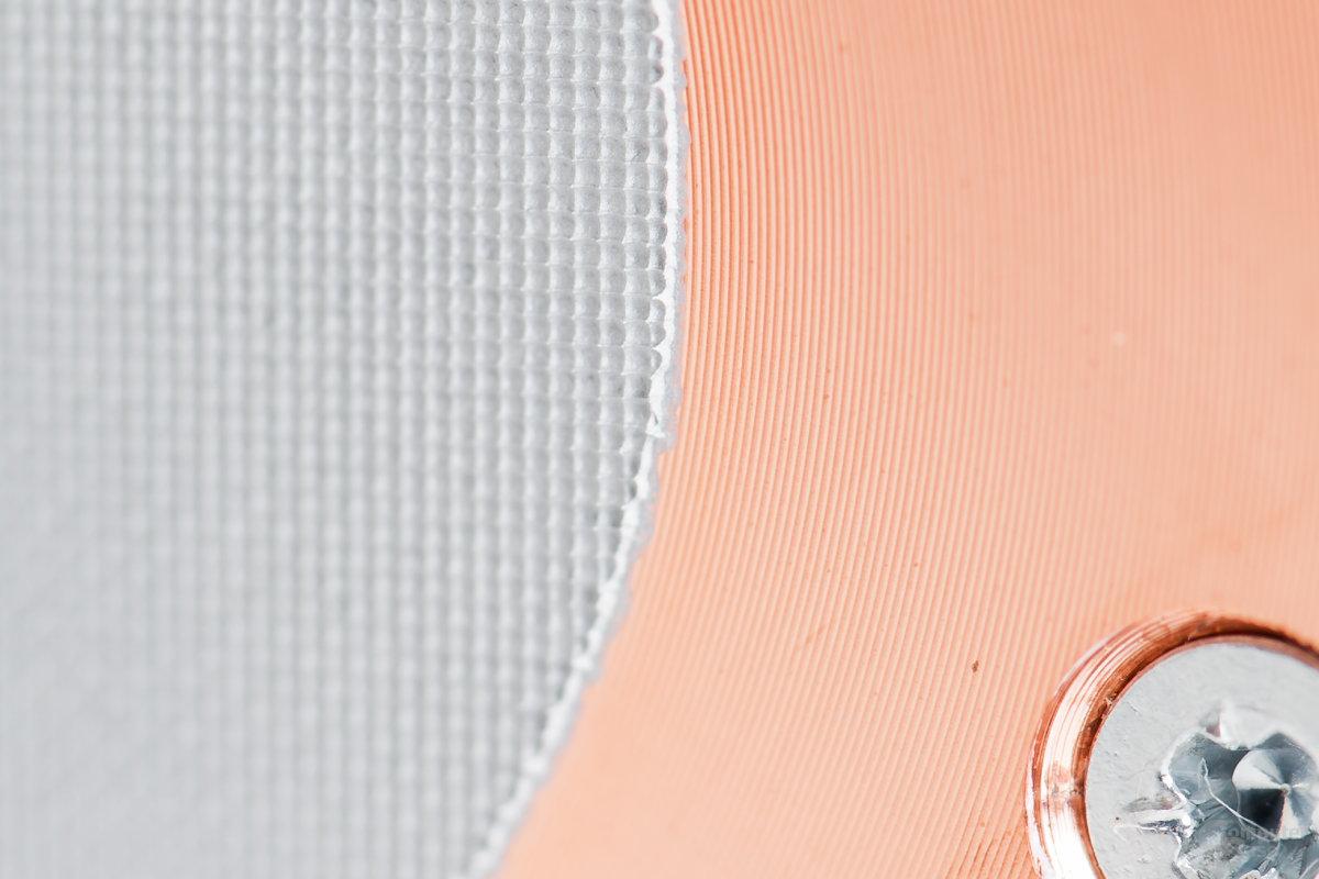 Nahaufnahme der kupfernen Bodenplatte mit Wärmeleitpaste
