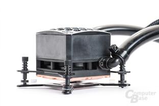 Seitenansicht der 53 mm hohen Swiftech-Kühleinheit