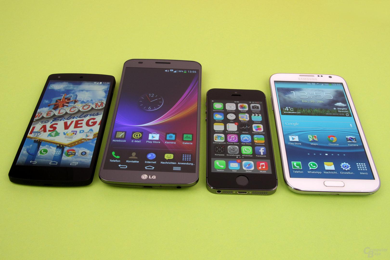 Größenvergleich: Google Nexus 5, LG G Flex, Apple iPhone 5S, Samsung Galaxy Note II