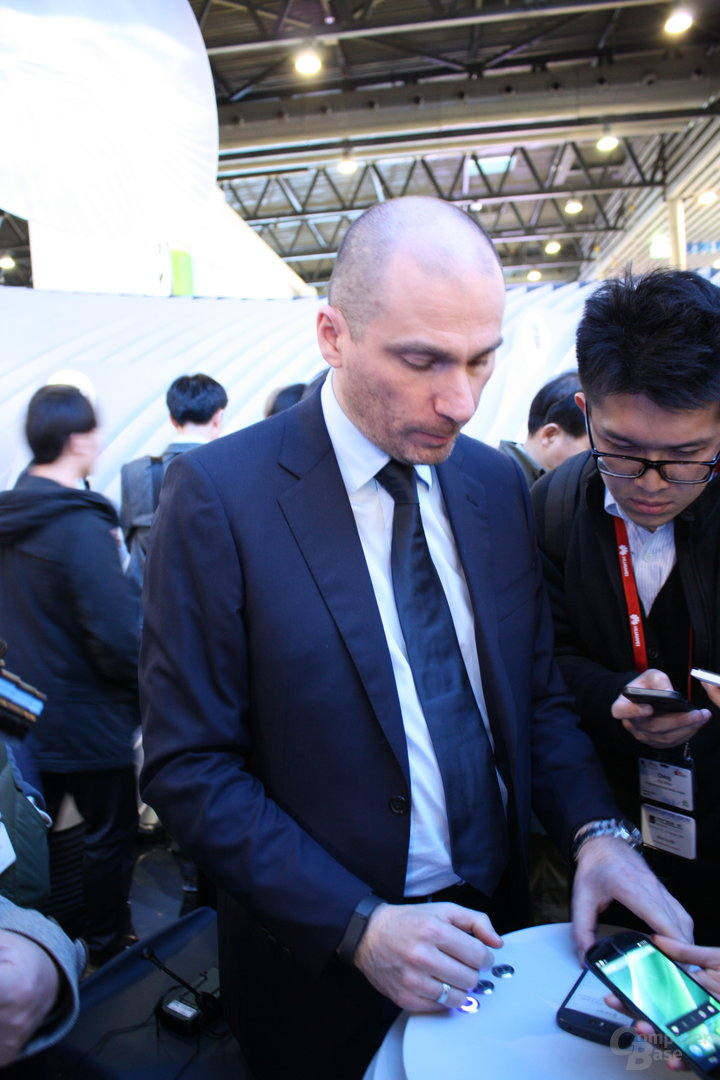 YotaDevices-CEO Vlad Martynov führt das Yotaphone 2 vor