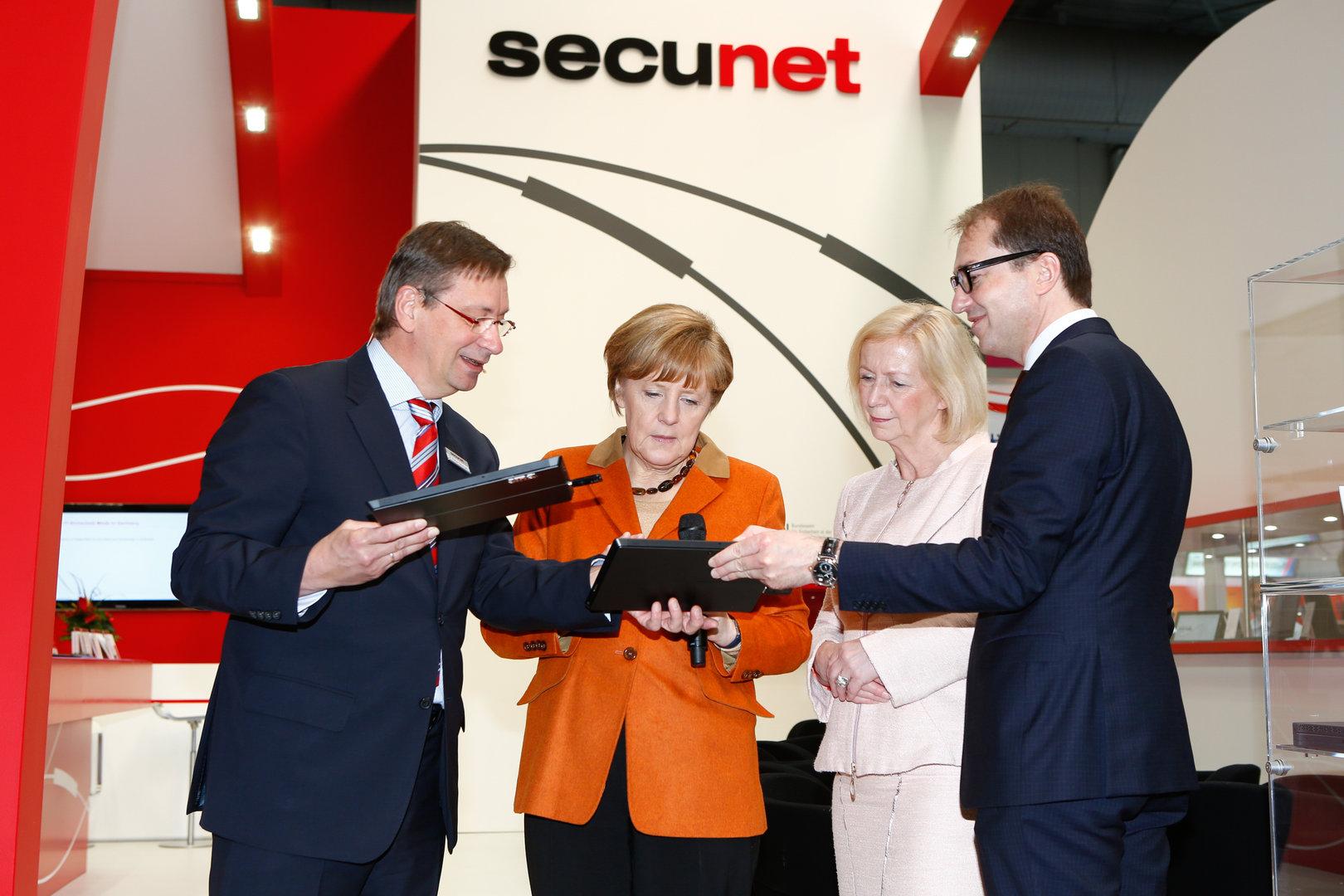 Bundeskanzlerin Dr. Angela Merkel begutachtet das neue SINA Tablet