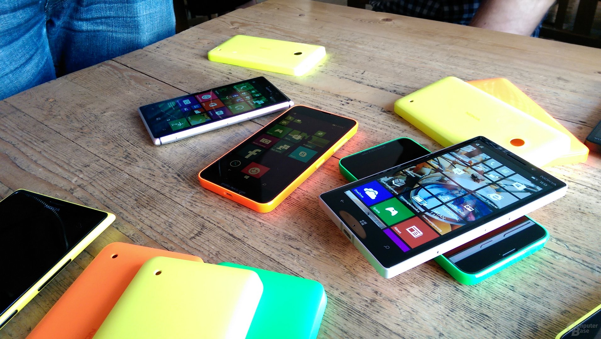 Lumia 930 auf Lumia 635 mit Lumia 925 und Lumia 635 im Hintergrund