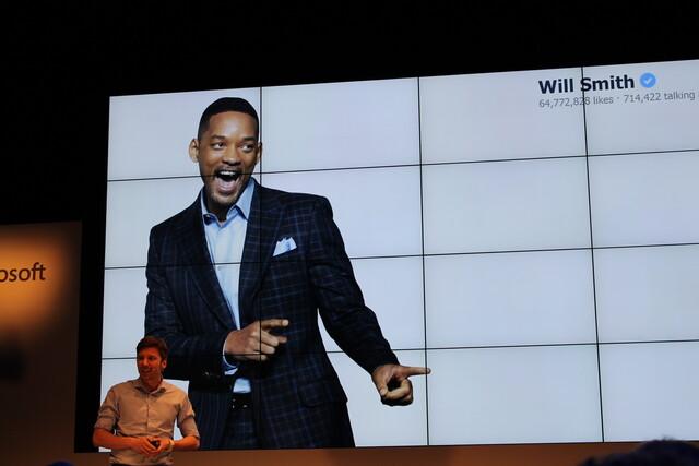 """Vertriebspush im Rampenlicht: Im Rahmen der von Microsoft abschließend organisierten """"Demo Night"""" konnten die Start-ups ihre Innovationen vor großem Publikum vorstellen. Auf dem Bild zu sehen: Präsentation des Fremdsprachentrainers """"Babbo"""""""