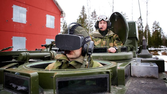 Norwegischer Panzerfahrer trägt Oculus Rift