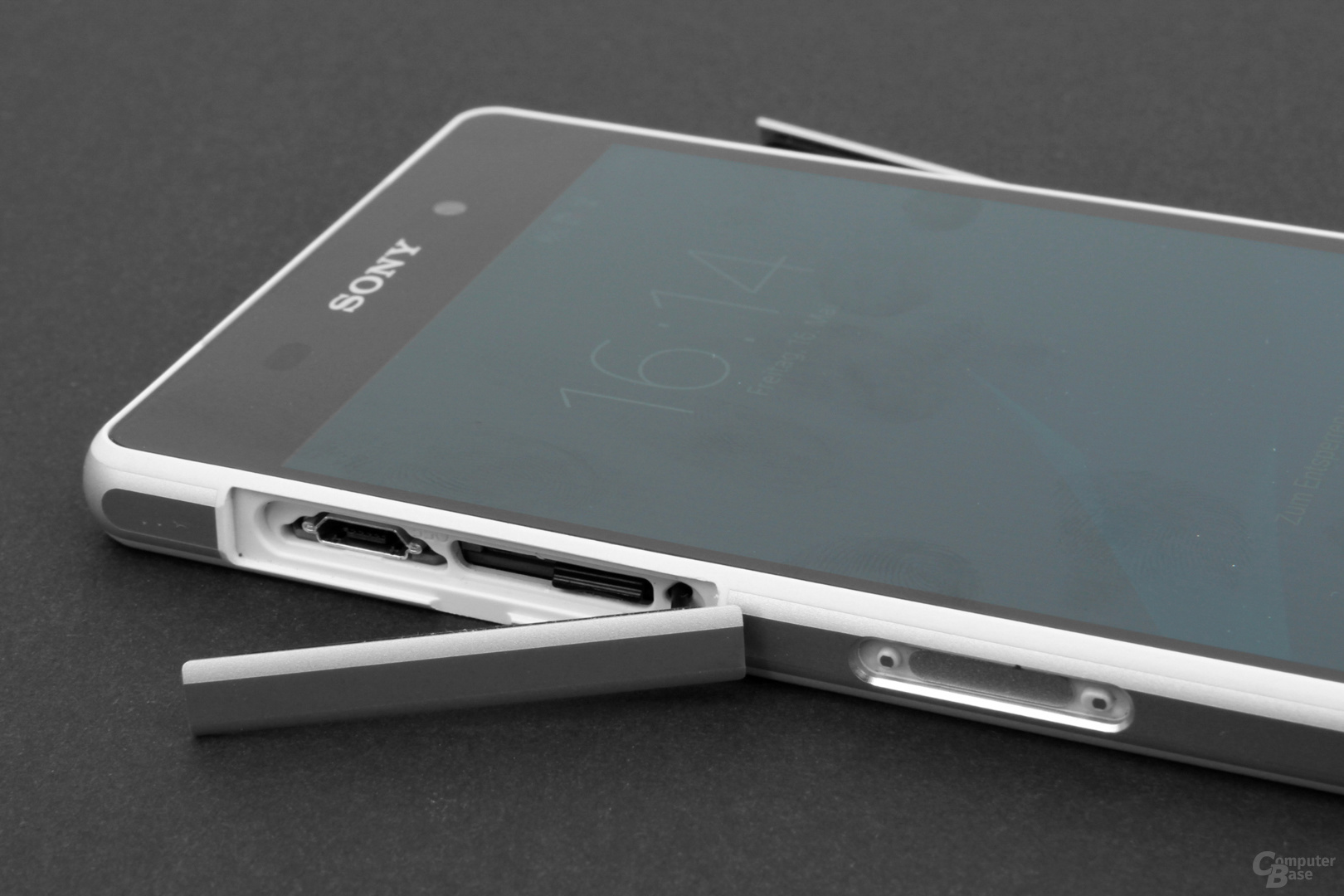 Micro-USB und SIM-Karte, Kopfhörer, Dock-Anschluss und Öse