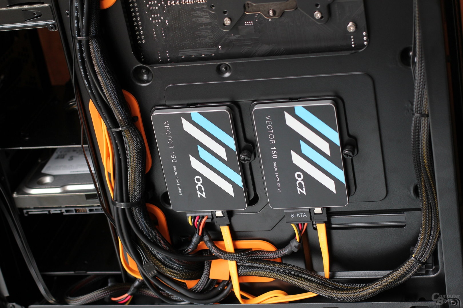 Zwei SSDs finden hinter dem Mainboardschlitten Platz