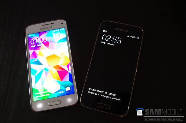 Das Samsung Galaxy S5 mini in Weiß und Schwarz