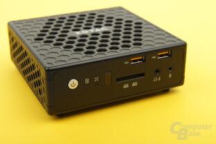 Die Front mit USB- und Audio-Anschlüssen sowie SD-Karten-Slot