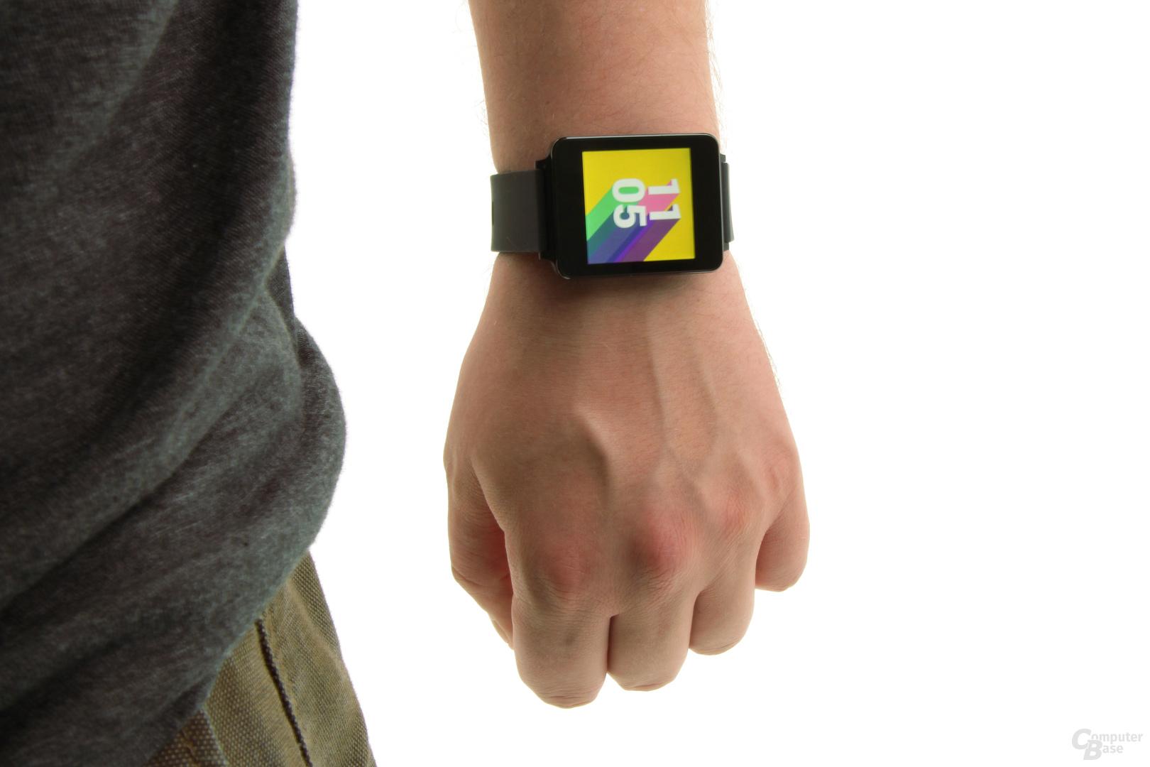 Die LG G Watch am Arm des Autors