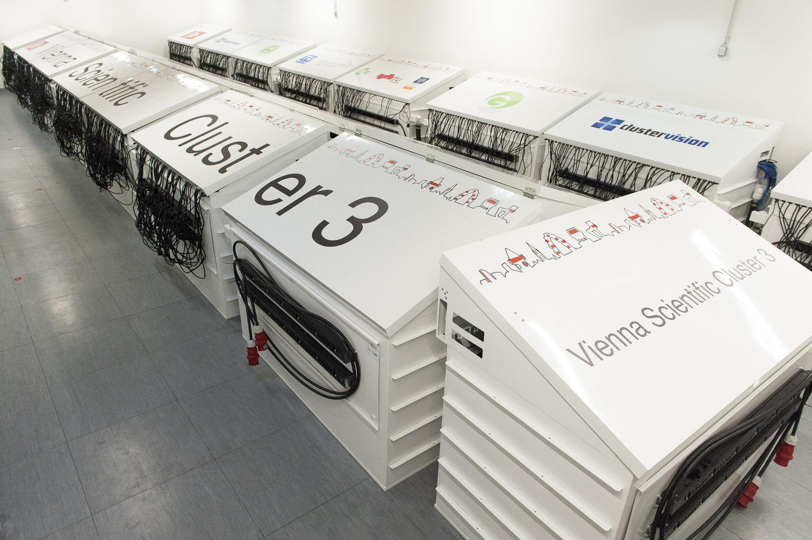 Der VSC 3 der TU Wien wird mit 35 Tonnen Paraffinöl gekühlt