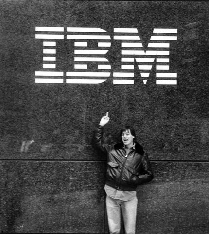 Steve Jobs vor dem IBM-Gebäude auf Manhattan, New York City