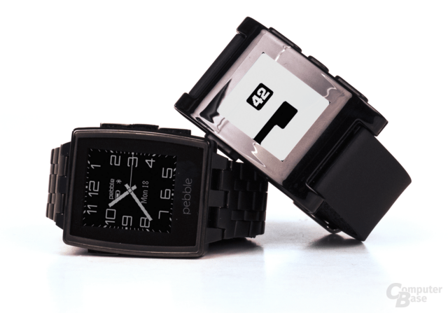 Die Pebble Steel (links) und die Pebble