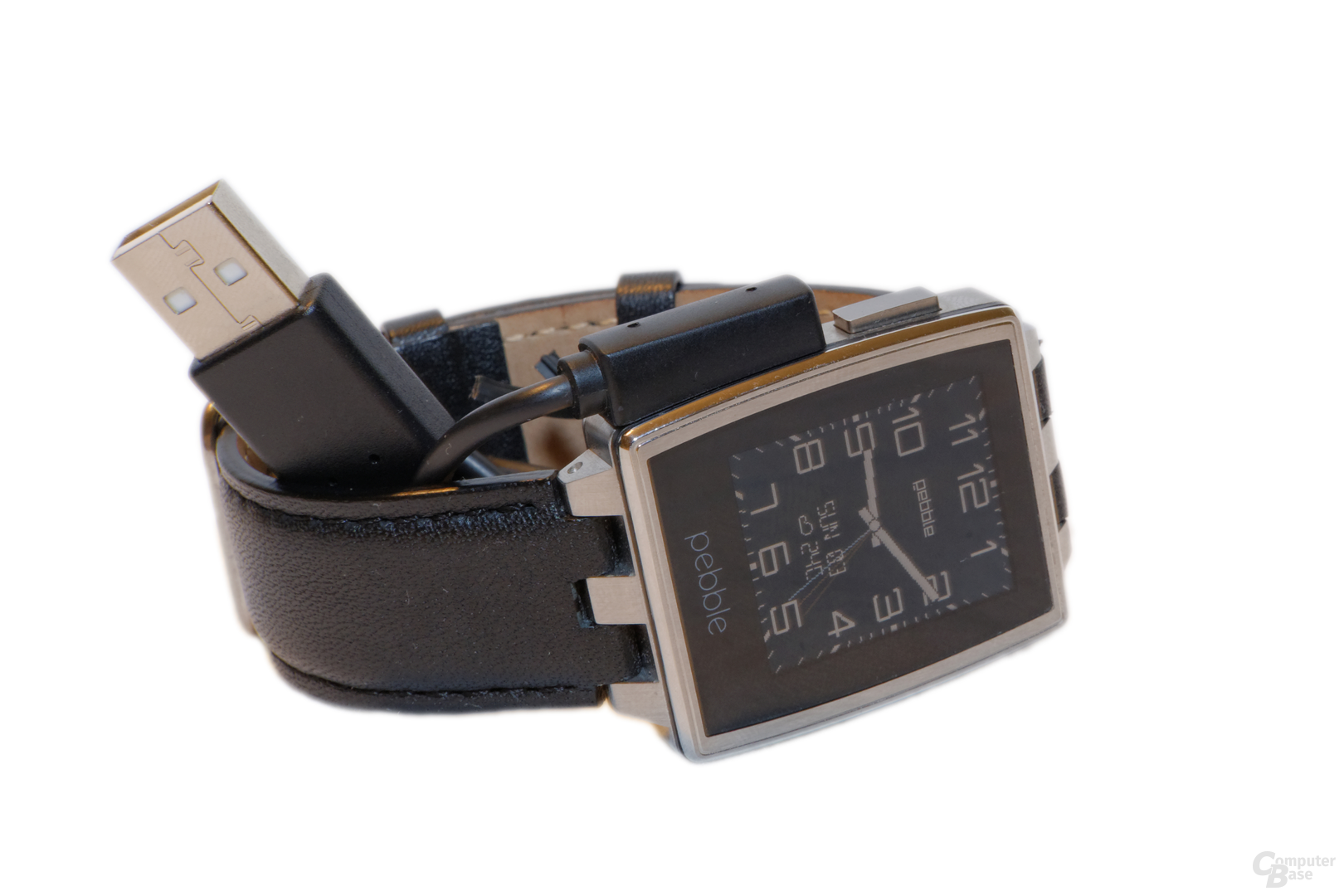 Pebble Steel mit Ladekabel