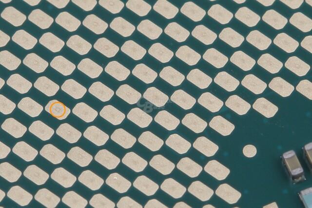Vom Sockel abgegriffene Kontakte zeigen leichte Spuren