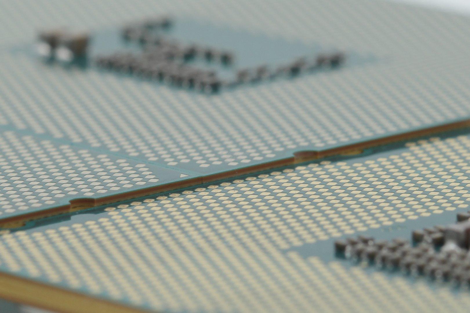 Der Heatspreader von Haswell-E (hinten) ist gut 0,5 mm höher als bei Ivy Bridge-E