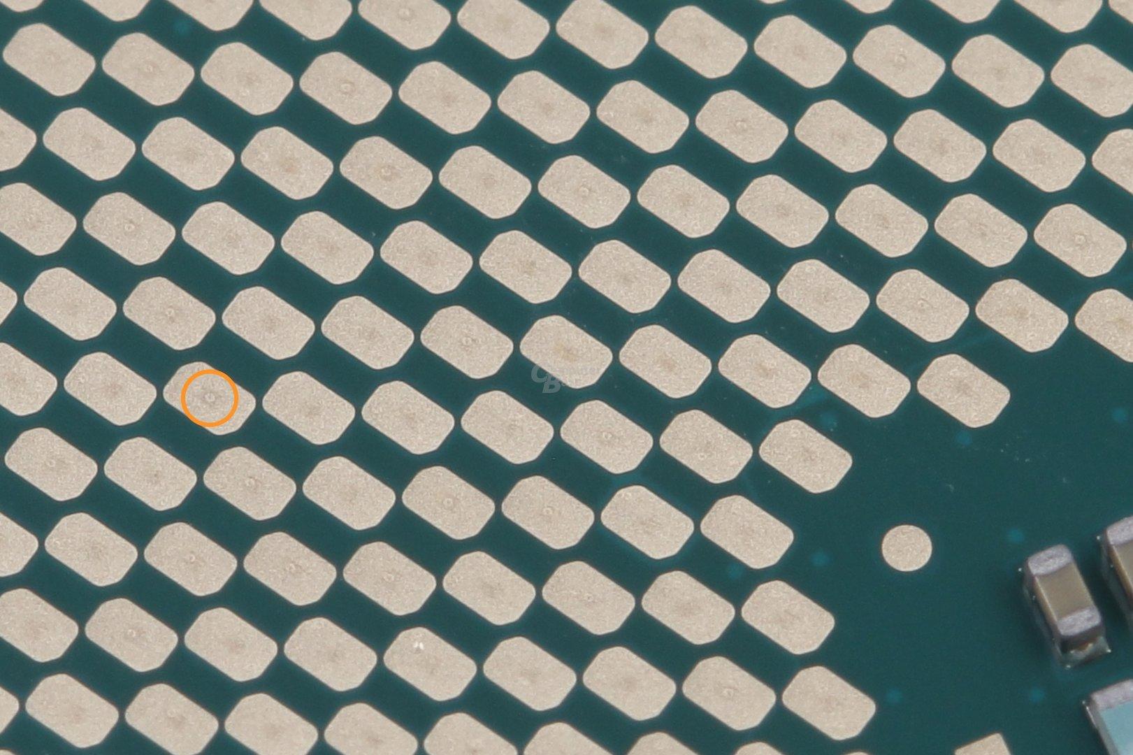 Vom Sockel abgegriffene Kontaktflächen zeigen leichte Spuren