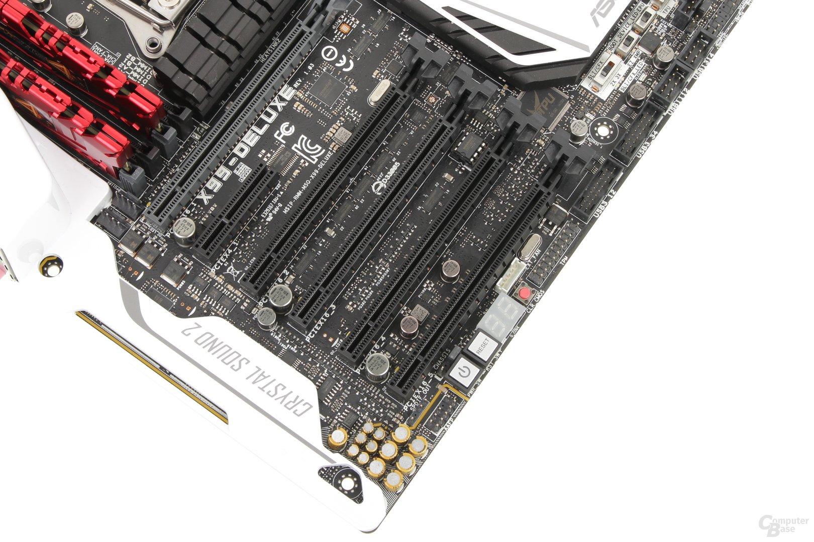 Die Anordnung der PCIe-Slots lässt vier Dual-Slot-Grafikkkarten nicht zu