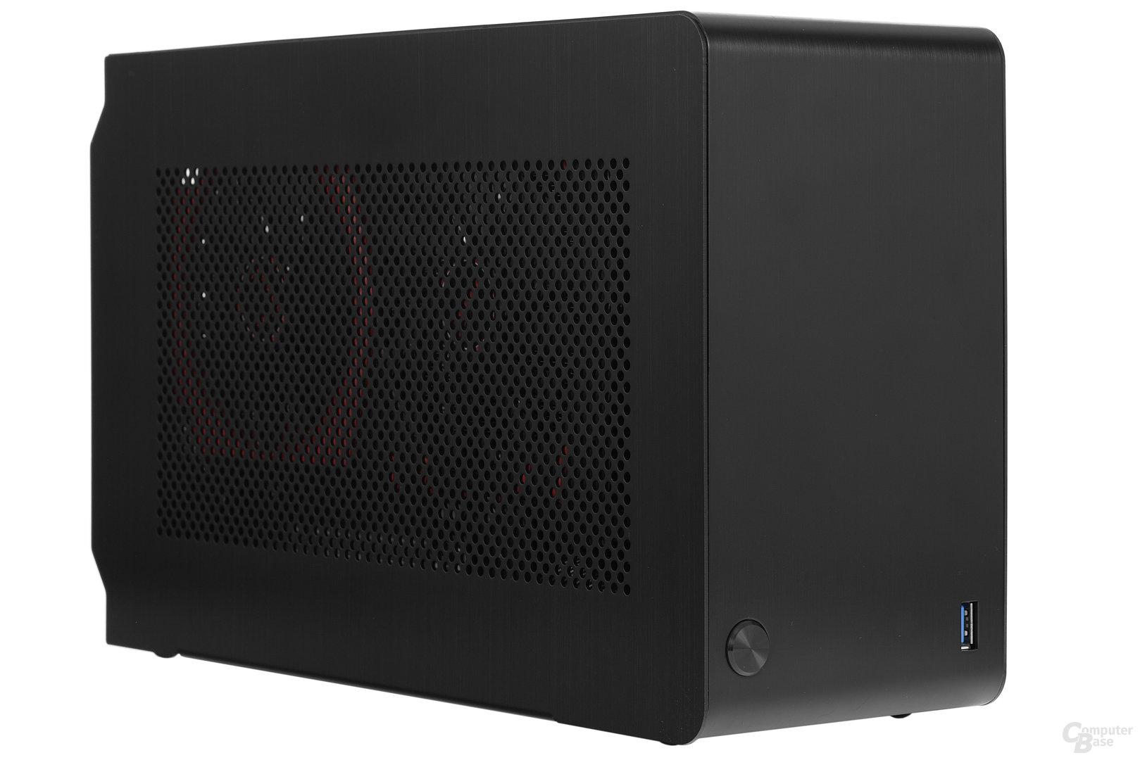 DAN Cases A4-SFX – Grafikkarte schimmert durch Lochblech hindurch