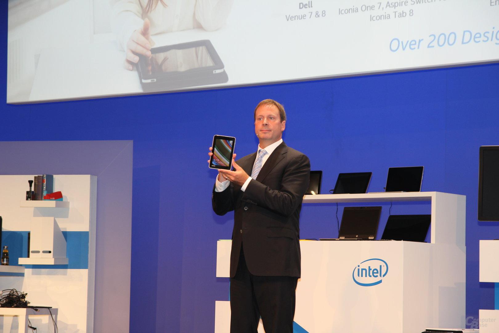 Kirk Skaugen mit Intel-Tablet